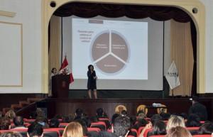 Beatriz Benítez y Marina Ferrer durante su ponencia